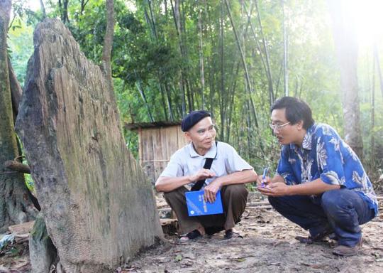 Dù đã tốn rất nhiều thời gian tìm hiểu những ngôi mộ đá cổ này nhưng ông Phạm Văn Ngoằng vẫn chưa lí giải được những tảng đá lớn này ở đâu đến