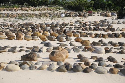 Người Chăm chỉ đặt bên trên mộ hai hòn đá đánh dấu. Hòn to là đầu, hòn nhỏ là chân. Ảnh: Đoàn Mạnh