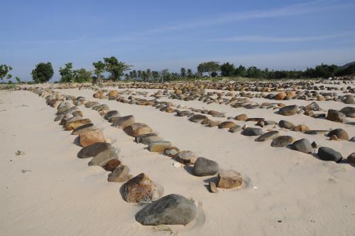 Những ngôi mộ đá kéo dài trong bãi cát trắng. Ảnh: Đoàn Mạnh