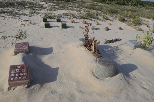 Khu mộ của người Chăm theo đạo Islam. Ảnh: Đoàn Mạnh